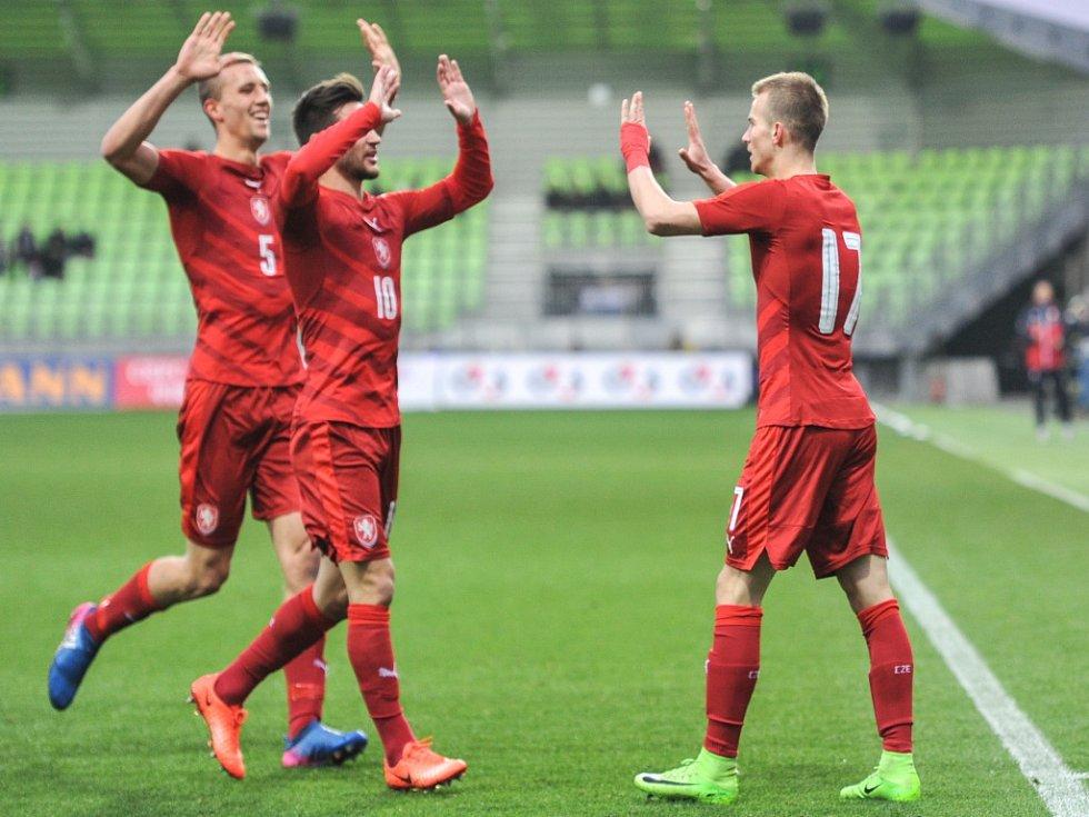Česká lvíčata (zleva) Tomáš Soušek, Michal Trávník a Václav Černý se radují z gólu.