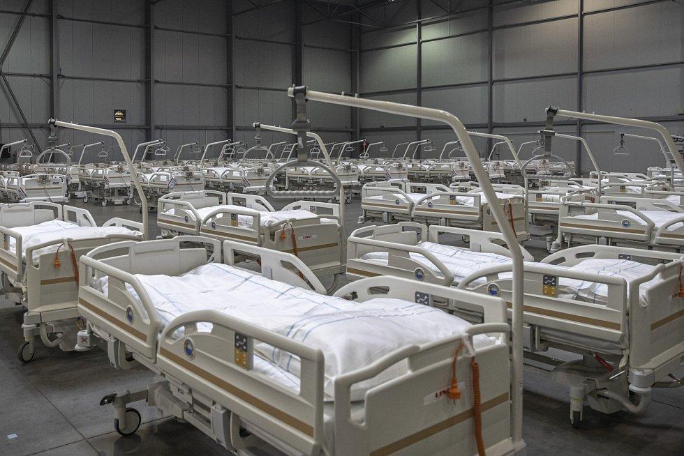 Novináři si mohli 22. října prohlédnout výstavbu polní nemocnice v pražských Letňanech.