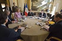 Účastníci pařížského summitu při jednání v Elysejském paláci