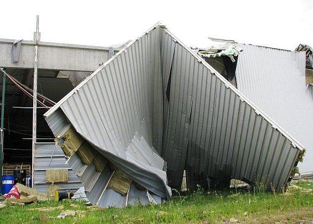 Pardubicemi se v úterý vpodvečer prohnalo tornádo. Po sedmnácté hodině strhlo dvě tovární haly v městské části Staré Čívice. Nikdo nebyl zraněn.