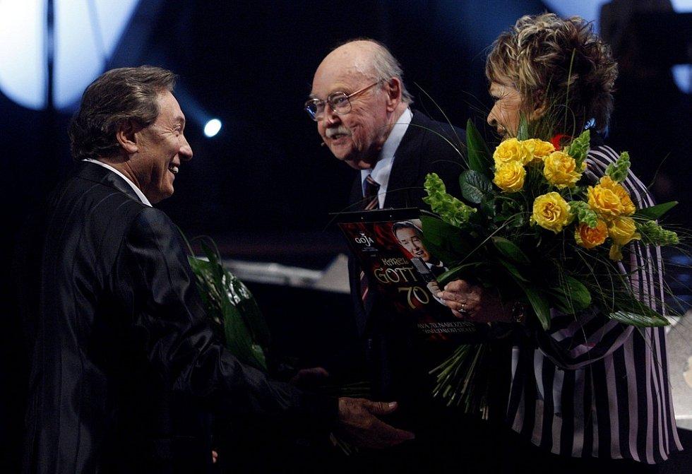 Karel Gott přijímá gratulaci od Lubomíta Lipského a Jiřiny Bohdalové