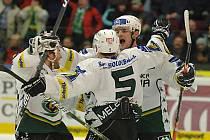 Hokejisté Karlových Varů Lukáš Pech, Marek Melenovský a Michal Dobroň (zleva) se radují z gólu proti Plzni.