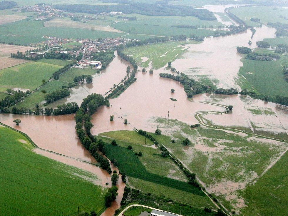 Letecké snímky povodní. Zaplavená pole v okolí Nového Bydžova. Rok 2013