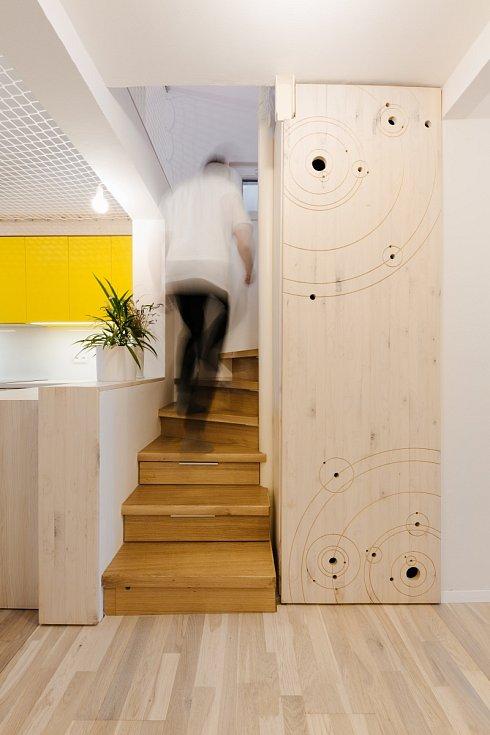 Prosvětlení celého interiéru pomáhají i optické triky, které zprostředkují velkorysý dojem i na ploše necelých šedesát metrů čtverečních.