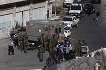 Dopoledne dva muži ozbrojení noži zaútočili na izraelskou hlídku u Nábulusu na severu okupovaného Západního břehu Jordánu.