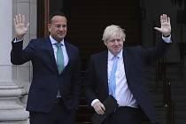 Irský premiér Leo Varadkar (vlevo) a jeho britský protějšek Boris Johnson