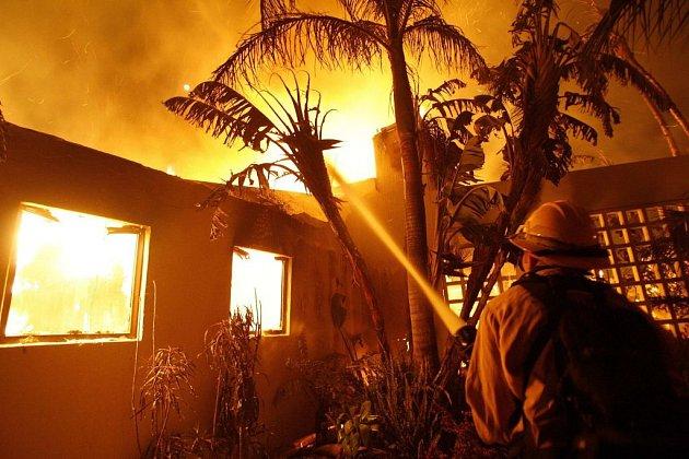 V Kalifornii propukl obrovský požár. Ačkoliv oheň ještě nikoho nezabil, v oblasti přesto platí stav nouze. Shořely desítky domů.