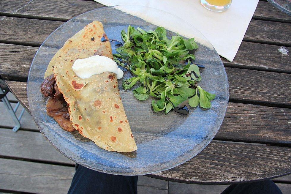 Zemiakové lokše Lokše s drůbežími játry a salátem z polníčku