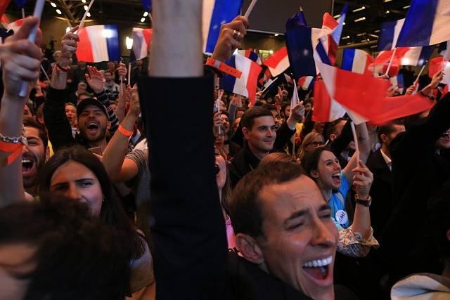 Příznivci Emmanuela Macrona slaví výhru svého favorita.