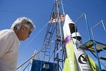 Američan Mike Hughes a start jeho vlastnoručně vyrobené kosmické lodi.