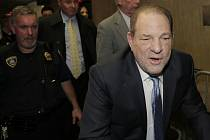 Hollywoodský filmový producent Harvey Weinstein přichází k soudu v New Yorku 24. února 2020