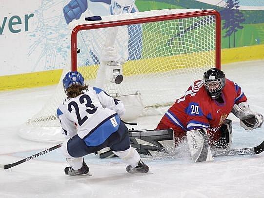 Finka Nina Tikkinenová střílí čtvrtou branku do sítě ruské brankářky Irina Gašennikovové.