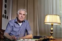 Ve věku 82 let zemřel dramatik a scénárista Jiří Hubač (na archivním snímku z 6. srpna 2009). České televizi to potvrdil jeho syn Ivan.