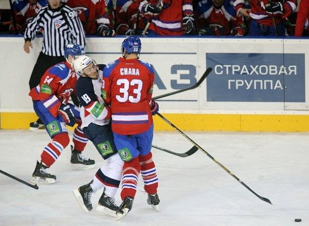 Rodák z Trenčína Zdeno Chára právě v dresu Lva ničí kapitána Slovanu Šatana.
