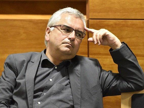 Kárný senát Nejvyššího správního soudu začal 26. května projednávat kárnou žalobu na soudce Miloše Zbránka (na snímku). Nadřízení mu vytýkají satirické články na internetu.