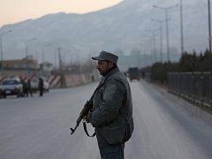 Přes 20 mrtvých a několik desítek zraněných si vyžádal dvojí pumový útok poblíž sídla afghánského parlamentu v centru metropole Kábulu.
