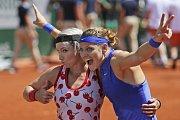Lucie Šafářová (vpravo) a Bethanie Matteková-Sandsová se radují z triumfu na Roland Garros.