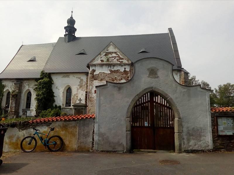 Hřbitov inspiroval Karla Jaromíra Erbena k napsání balady Svatební košile.