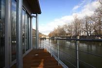 Unikátní projekt Noc literatury 2012 si letos vybral architektonicky zajímavá místa na pražském Smíchově, třeba klub Jazz Dock u Vltavy.
