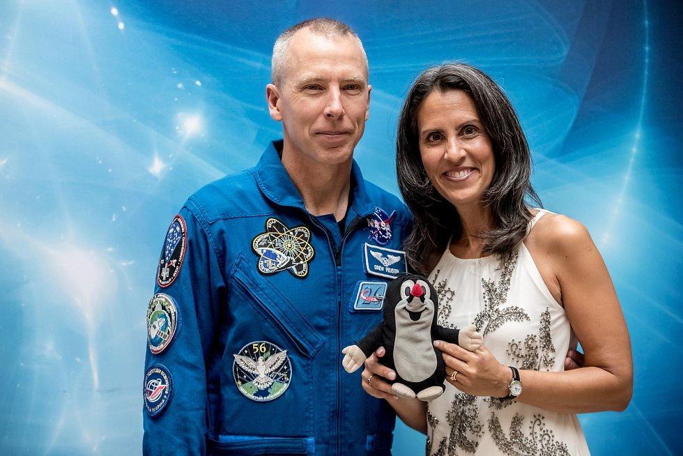 Americký astronaut Andrew Feustel v Praze. Na snímku s manželkou.