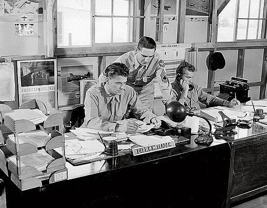 Kapitán Ronald Reagan (vlevo) ve Fort Roach, snímek z let 1943 až 1944