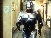 Radi Kaiof kráčí do schodů s pomocí elektronicky řízené vnější kostry.
