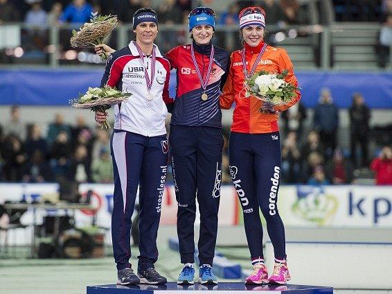 Martina Sáblíková (uprostřed) po triumfu na Světovém poháru ve Stavangeru