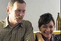 Jiří Schmitzer a Jana Hubinská v seriálu Zdivočelá země.
