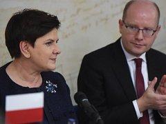 Premiér Bohuslav Sobotka (vpravo) a předsedkyně polské vlády Beata Szydlová při setkání s polskou menšinou žijící v České republice, které se konalo 12. prosince v Českém Těšíně na Karvinsku.