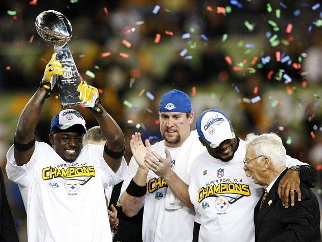 Radost týmu PIttsbughu z vítězství v Super Bowlu, zleva Santonio Holmes, Ben Roethlisberger, kouč Mike Tomlin majitel klubu Dan Rooney.
