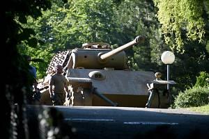 Bojový tank Panther je odvážen z domu v Heikendorfu
