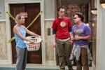 Kaley Cuoco (Penny), Jim Parsons (Sheldon) a Johnny Galecki (Leonard) v seriálu Teorie velkého třesku