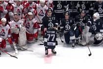 Zraněného hokejistu podpořili hráči obou týmů.