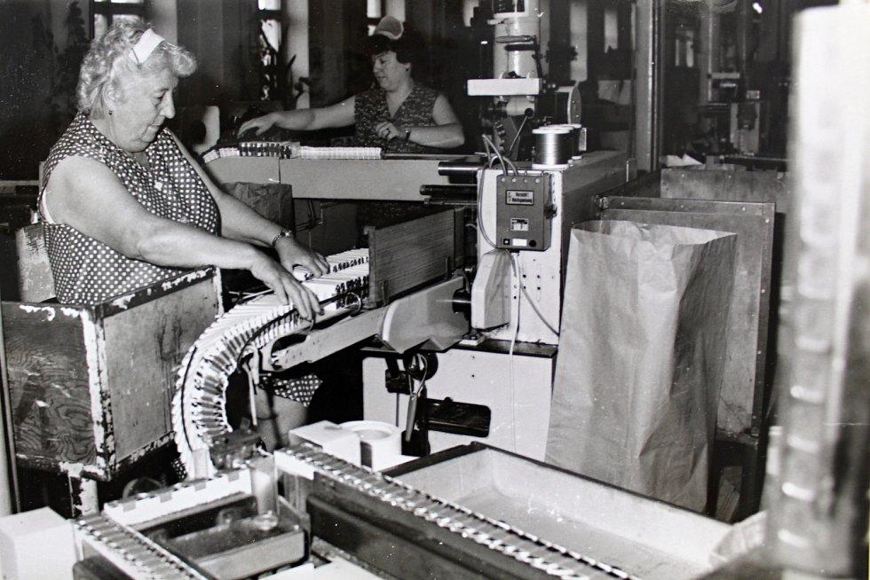 Práce Československého tabákového průmyslu byla vysoce oceněna na slavnostním zasedání 13. května 1976. Na úspěších závodu se nemalou měrou podílejí dvě komplexně racionalizační brigády, které vyřešily rozmístění strojů na pracovišti a nový způsob balení