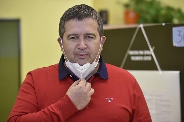 Ministr vnitra Jan Hamáček ve volební místnosti v Mladé Boleslavi.
