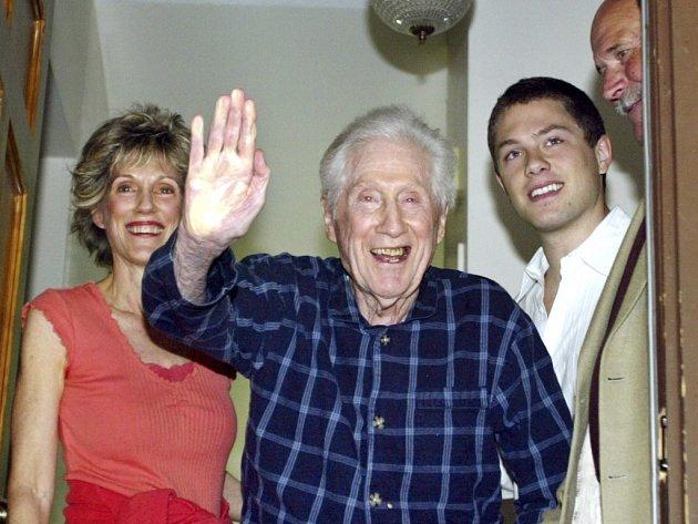 Mark Felt, někdejší bývalý náměstek amerického FBI, jenž pomáhal s odkrytím aféry Watergate, zemřel ve věku 95 let. Mark Felt na snímku z května roku 2005.