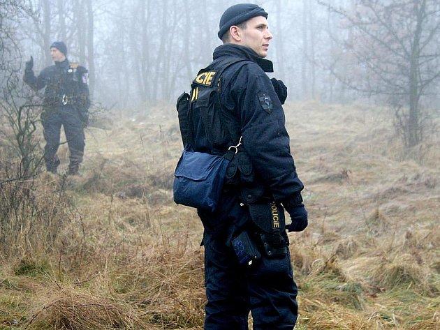 Stovka policistů hledala od úterního rána čtyřicetiletého Marka Hoška ze Znojma. Pohřešovaný je od nedělního podvečera. Policisté pročesávali terén od znojemské přehrady ke Konicím a také okolí řeky Dyje.