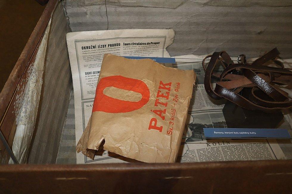 V jednom z kufrů se našlo i pár novinových výtisků, pánské spodní prádlo, dámské kombiné, mycí houba a prostěradla. Expozice kriminalistiky Muzea Policie ČR
