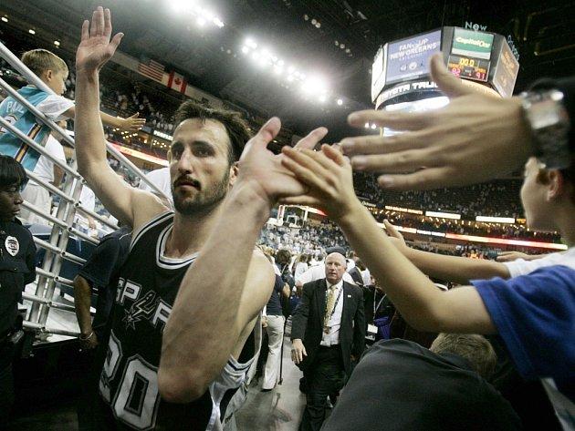 Jeden z klíčových hráčů Spurs Manu Ginobili se zdraví s diváky.