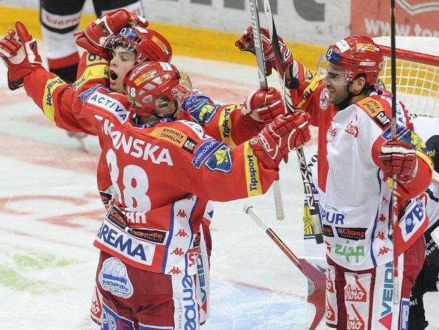 Slávisté se radují, po vítězství nad Znojmem jsou opět v čele O2 extraligy ledního hokeje.