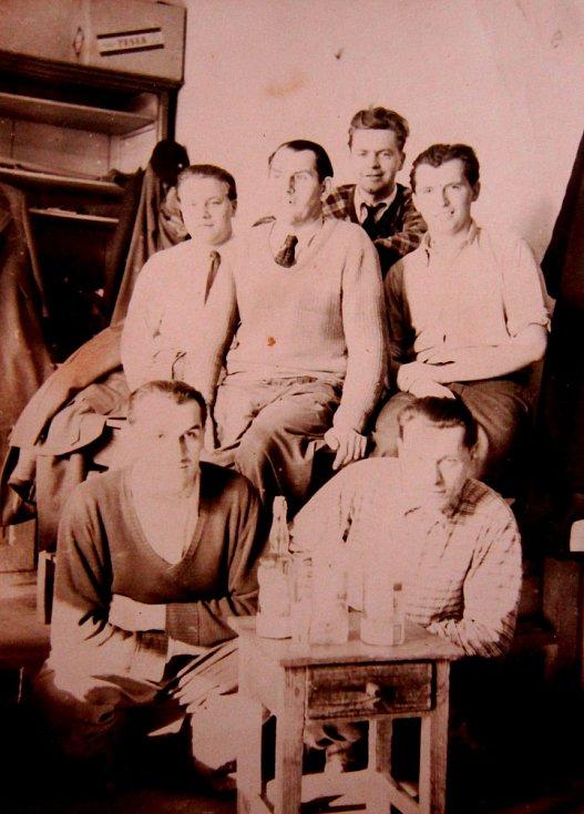 Adolf Kůrka vpravo nahoře v krejčovské dílně v Opavě, kde se vyučil krejčím