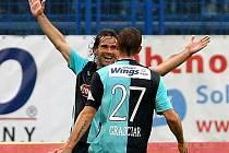 Slovenské duo ve slávistickém dresu Kisel a Grajciar oslavují trefu do sítě Baníku.
