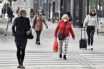 Lidé v rouškách procházejí 21. října 2020 na Václavském náměstí v Praze