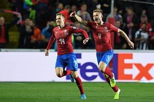 Střelec Jakub Brabec (vpravo) se raduje z gólu na 1:1, vlevo je Jakub Jankto.