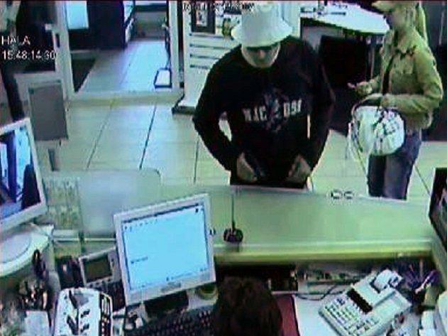 Policie má k dispozici záběry bezpečnostních kamer zachycujících páteční přepadení banky ve Střelničné ulici v Praze 8.
