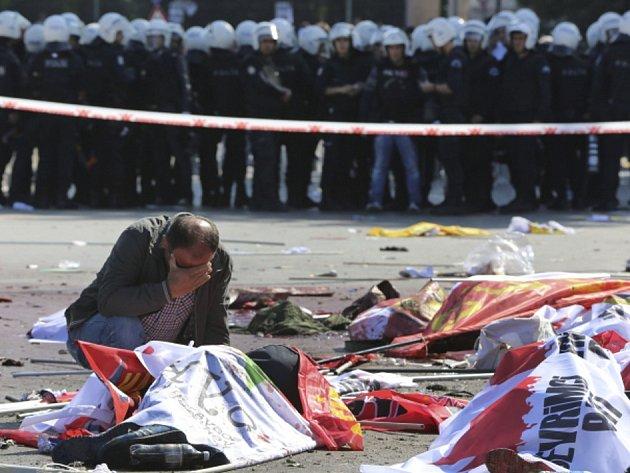 Teroristický útok v Ankaře si vyžádal desítky mrtvých a zraněných.