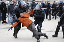 Policisté zadržují 23. prosince 2019 jednoho ze stávkujících demonstrantů před nádražím Gare de Lyon v Paříži