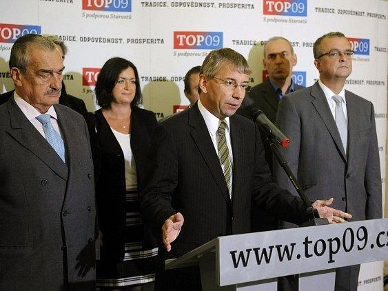Ministr práce a sociálních věcí Jaromír Drábek (TOP 09) (uprostřed) oznámil 2. října na tiskové konferenci v Praze, že odejde z funkce, pokud se prokáže, že se jeho náměstek Vladimír Šiška skutečně dopustil trestného činu.