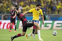 Mats Hummels z Německa (vlevo) proti Brazílii.