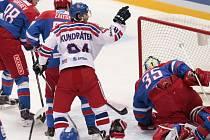 Tomáš Kundrátek (v bílém) se raduje z gólu proti Rusku.